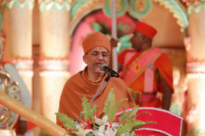 Shree Tyagvallabh Swami from Sokdha Shree Swaminarayan Mandir gives a heartfelt speech depicting the glory of Lord Shree Swaminarayan, Gurudev Jeevanpran Shree Muktajeevan Swamibapa, and Acharya Swamishree