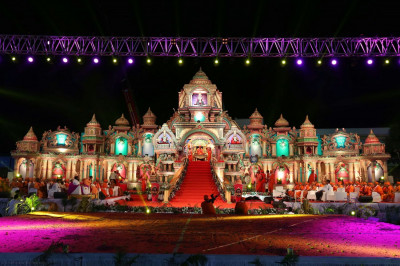 The grand stage - akin to Lord Swaminarayanbapa Swamibapa's sinhasan in Akshardham