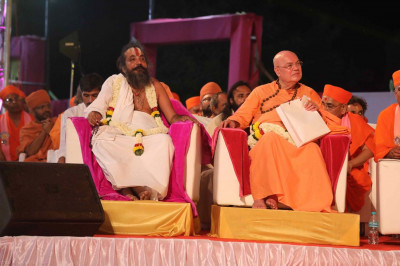 Honored guests seated amongst the Sant Mandal on stage