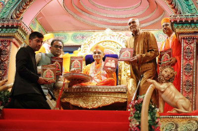 Acharya Swamishree inaugurates the newest scripture, 'Shree Purushottampriyadasji Swami,' a biography of Acharya Swamishree compiled and written by Sadguru Shashtri Sant Shiromani Shree Sarveshwardasji Swami