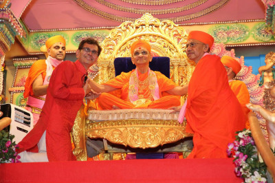 Acharya Swamishree blesses composer of 'Sadbhav Amrut Heli, Shree Kirtibhai Varsani, and author of 'Shree Purushottampriyadasji Swami,' Sadguru Shashtri Sant Shiromani Shree Sarveshwardasji Swami