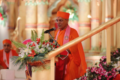 Sadguru Shashtri Sant Shiromani Shree Jitendriyapriyadasji Swami delivers a heartfelt speech about the glory of Acharya Swamishree and His relentless efforts to spread the eternal Swaminarayan Faith, following in the footsteps of Gurudev Jeevanpran Shree Muktajeevan Swamibapa