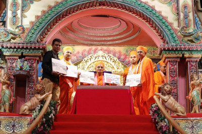 Acharya Swamishree inaugurates a book