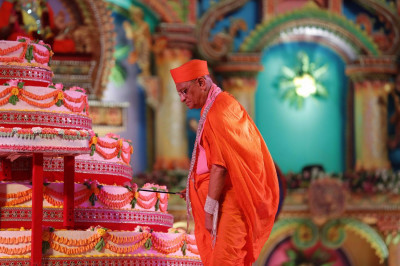Acharya Swamishree cuts the grand celebration cakes
