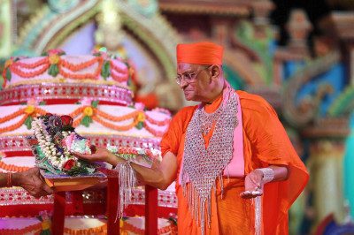 Acharya Swamishree offers the grand celebration cake to Shree Harikrushna Maharaj