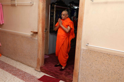 Acharya Swamishree emerges from His room and bestows His divine darshan upon all of His beloved Sants on the morning of His 75th manifestation day