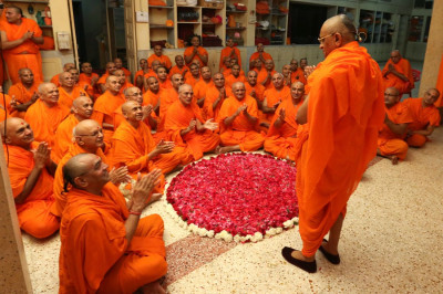 Acharya Swamishree bestows His divine darshan upon all of His beloved Sants on the morning of His 75th manifestation day
