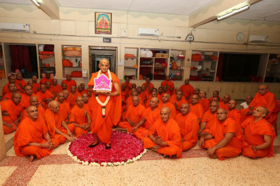 Divine darshan of Acharya Swamishree with the entire Sant Mandal