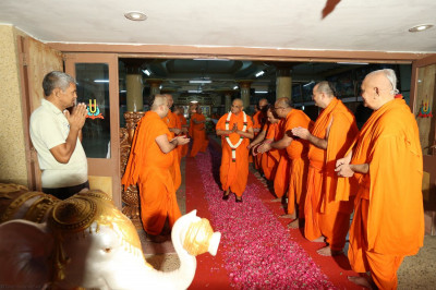 Acharya Swamishree bestows His divine darshan to the entire Sant Mandal as He exits the Sabha Mandap