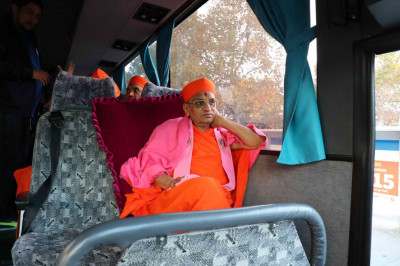 Divine darshan of Acharya Swamishree seated in the coach