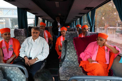 His Divine Holiness Acharya Swamishree, sants and disciples board the coach