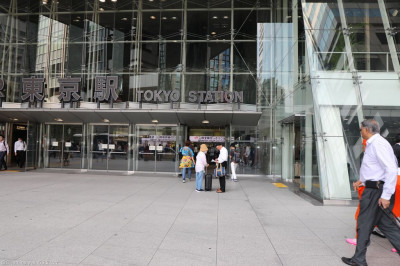 The group arrive at Tokyo station