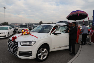Disciples escort His Divine Holiness Acharya Swamishree into the new car
