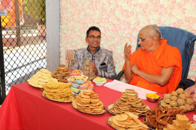 His Divine Holiness Acharya Swamishree fulfills the wishes of disciples by dining at their homes