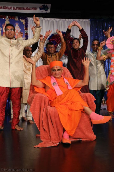 His Divine Holiness Acharya Swamishree blesses disciples who took part in the evening programme