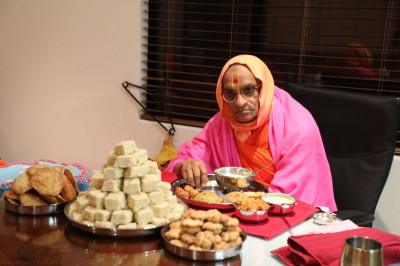 Divine darshan of Acharya Swamishree dining at a disciple's home
