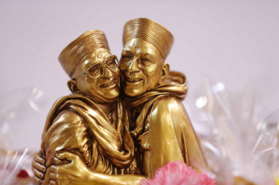 Divine darshan of the golden momento of Jeevanpran Shree Muktajeevan Swamibapa lovingly embracing His Divine Holiness Acharya Swamishree