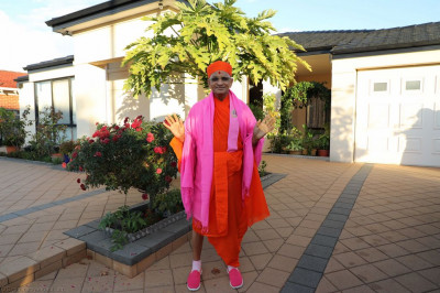 Divine darshan of His Divine Holiness Acharya Swamishree blessing all