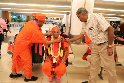 Sants offer a garland of flowers to His Divine Holiness Acharya Swamishree