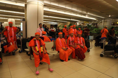 Divine darshan of Acharya Swamishree with sants and disciples at the airport
