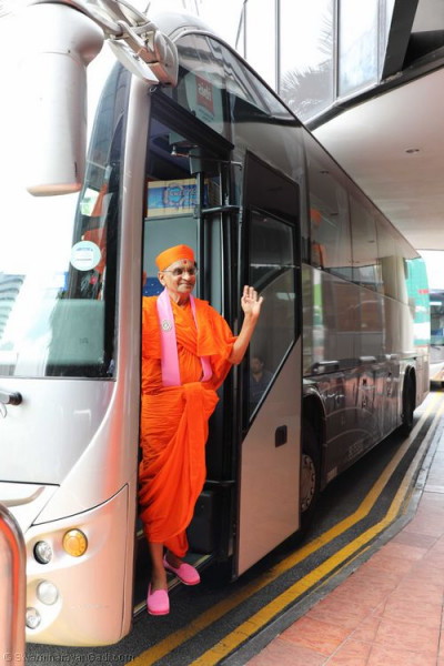 Divine darshan of Acharya Swamishree at the coach entrance door