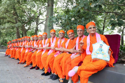 Divine darshan of Acharya Swamishree with Shree Harikrishna Maharaj and each of the sants