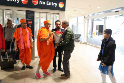 His Divine Holiness Acharya Swamishree is greeted by disciples in Sydney