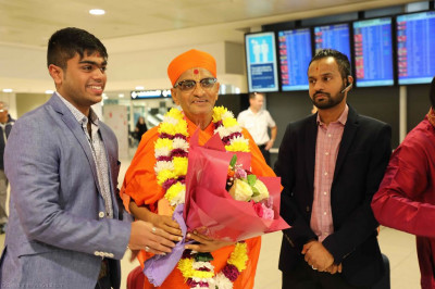 Disciples offer a bouquet of flowers to His Divine Holiness Acharya Swamishree