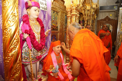 His Divine Holiness Acharya Swamishree applies a chandlo to Sadguru Shree Gopalanand Swamibapa