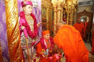 His Divine Holiness Acharya Swamishree garlands Sadguru Shree Gopalanand Swamibapa