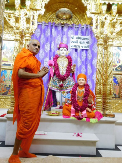 Divine darshan of His Divine Holiness Acharya Swamishree with Lord Shree Swaminarayan and Sadguru Shree Gopalanand Swamibapa
