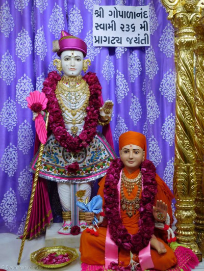 Divine darshan of Lord Shree Swaminarayan and Sadguru Shree Gopalanand Swamibapa