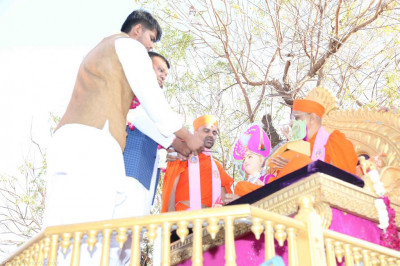 His Divine Holiness Acharya Swamishree blesses disciples who have sponsored the village procession