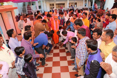 Disciples escort His Divine Holiness Acharya Swamishree into the mandir