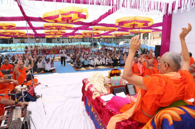 Acharya Swamishree begins His divine blessings