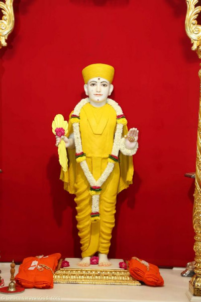 Divine darshan of Lord Shree Swaminarayan adorned in chandan (sandalwood paste)
