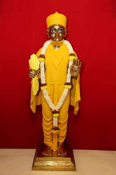 Divine darshan of Shree Harikrishna Maharaj adorned in chandan (sandalwood paste)