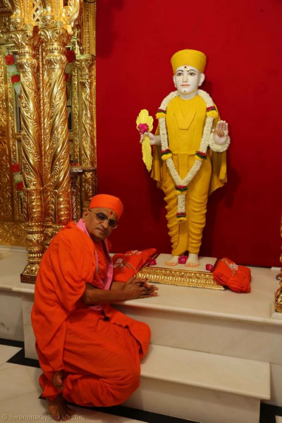 Divine darshan of Acharya Swamishree with Lord Shree Swaminarayan