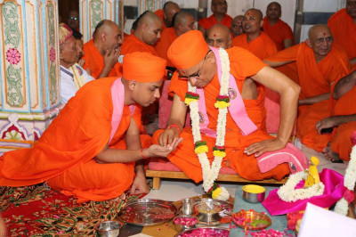 His Divine Holiness Acharya Swamishree whispers the new name of the sant