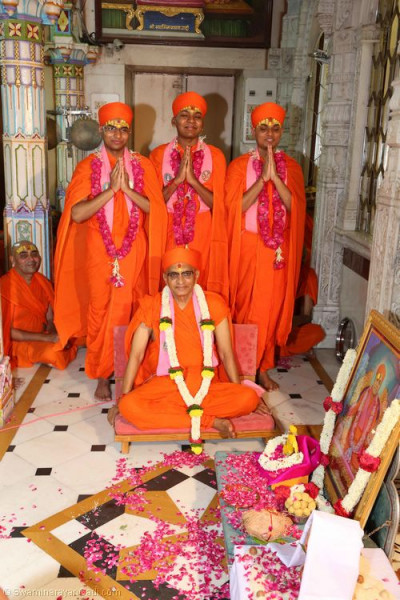 Divine darshan of His Divine Holiness Acharya Swamishree with the three new sants