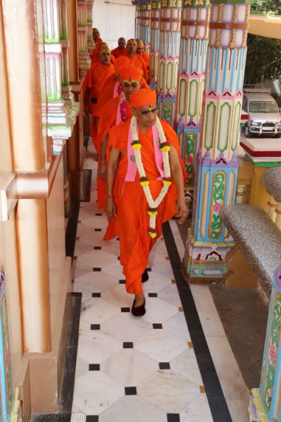 His Divine Holiness Acharya Swamishree leads the sants around Shree Swaminarayan Mandir Maninagar