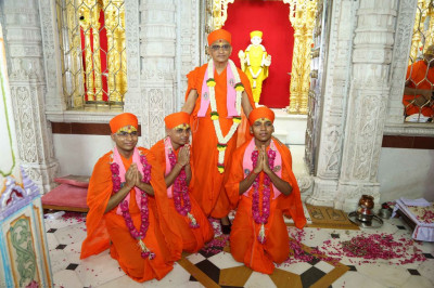 Divine darshan of His Divine Holiness Acharya Swamishree blessing the three new sants