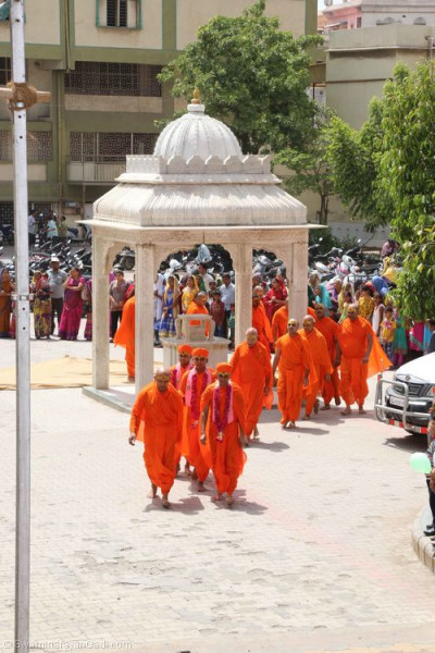 His Divine Holiness Acharya Swamishree leads the sants towards Bhram Mahol