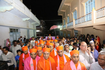 Sants and disciples fill the village streets as His Divine Holiness Acharya Swamishree showers His divine blessings on all