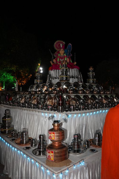 The Sharad Poonam steel utensils are laid out with Lord Shree Swaminarayan, Jeevanpran Shree Abji Bapashree and Jeevanpran Shree Muktajeevan Swamibapa at the centre