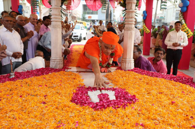 Acharya Swamishree Maharaj prays at the Chattri at Smruti Mandir