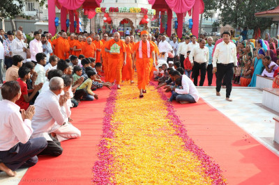 Acharya Swamishree Maharaj gives darshan at Smruti Mandir