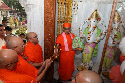 Acharya Swamishree Maharaj gives darshan at Shree Ganpatiji