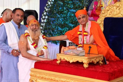 Acharya Swamishree Maharaj gives blessings to Shree Jagatguru Bhagwati Keshavbhavani Maharaj
