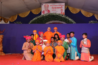 Acharya Swamishree Maharaj gievs darshan to the performers